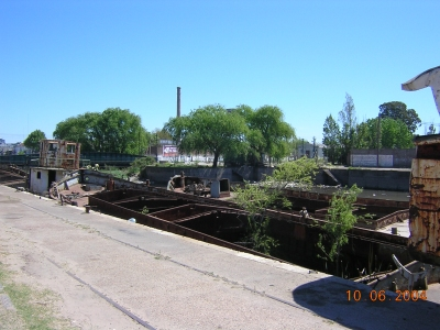 Entre los restos del dique y el puente ferroviario hay for Guarderia el jardin san fernando